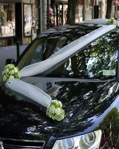Autó tetején futó organza és virágdíszítés esküvőre
