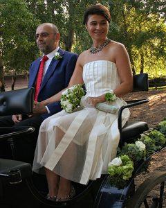 Esküvői csuklódísz hintón ülő menyasszony karján