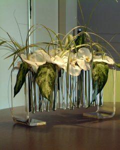 Letisztult dekoráció kémcsöves vázában asztalon