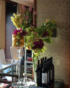Elegáns, dús büfédekoráció egzotikus virágokkal