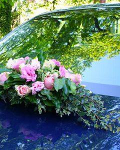 Esküvői autódíszítés rózsaszín virágokból