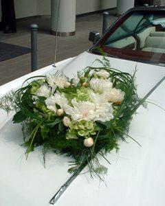 Virágdísz esküvői autó elején fehér színben