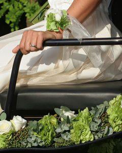 Esküvői hintódíszítés friss zöld színekben