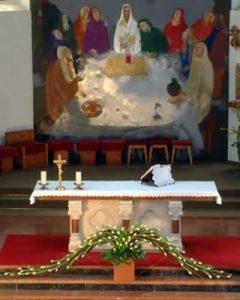 Modern esküvői templomdíszítés fehér tulipánokból