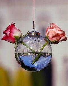 Esküvői virágdíszítés üveg gömböcskékben rózsával