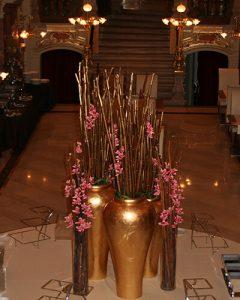 Mű orchideákból és bürökből készült éttermi díszítés