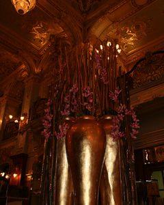 Mű orchideákból és bürökből készült étteremdekoráció