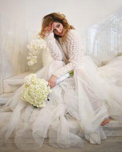 Menyasszony hófehér menyasszonyi csokorral