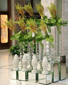 Lobbydíszítés korbácsliliomokból és flamingó virágokból