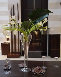 Egyvázás recepció dekoráció kálákkal