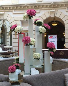 Szálloda dekoráció rózsákból készült elegáns összetételben
