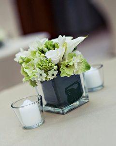 Klasszikus fehér koktéldísz kocka üveg vázában, mécsesekkel