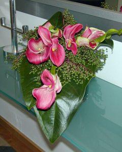 Friss kálatál virágdekoráció konzolasztalon