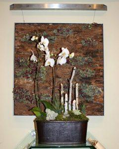 Bőrkaspóban hófehér orchideák beültetve