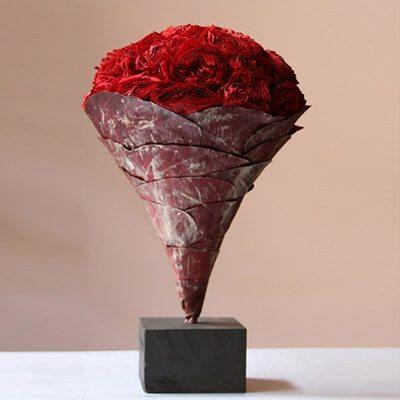 Nagy Vermont kompozíció vörös rózsákból, levelekkel