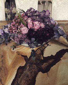 Buja lila virágtál családi ház márványasztalán