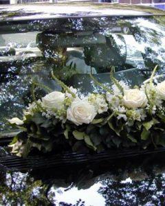 Esküvői autódísz szélvédő előtt virággirland