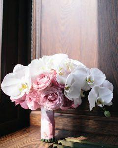 Fehér és pink menyasszonyi csokor