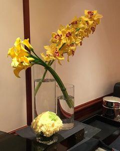 Orchidea és kála sárga büfédísz modern kompozícióban