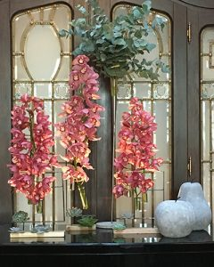 Cymbidium orchideák kőalmákkal a recepción