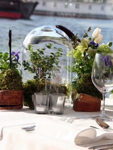 Különleges asztaldekoráció üvegbúrában