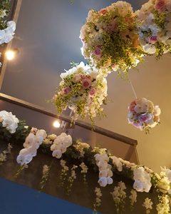 Rendezvénydíszítés fehér virágokból felhőként lógatva