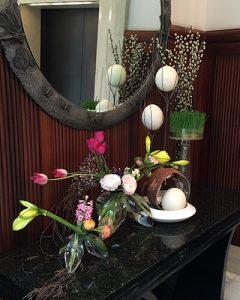 Húsvéti szálloda dekoráció vegyes virágokból