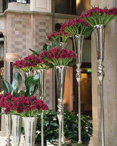 Lobbydíszítés ezüst serlegekbe sorolt tulipánokból