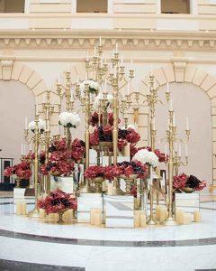 Luxus lobbydekoráció arany gyertyatartókkal, hortenziával és orchideával