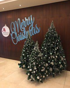 Karácsony ünnepi fenyőfák a Marriott lobbyban