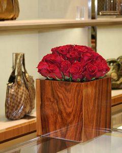 Üzletdekoráció a Gucci üzletében vörös rózsákból