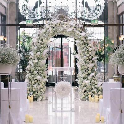 Esküvői díszítés virágkapu