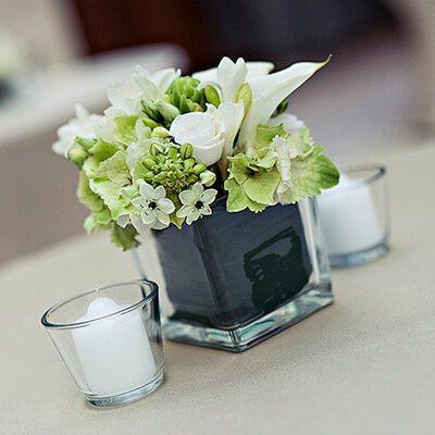 Rendezvénydekoráció - koktéldekoráció üvegpohárban fehér virágokkal