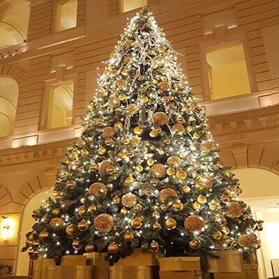 Ünnepi hoteldekoráció karácsonyfa