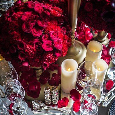 Rendezvény díszítés vörös rózsás asztaldekorációval és gyertyákkal