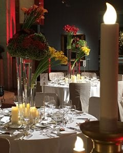 Table decoration with callas - tall decoration in glass vases