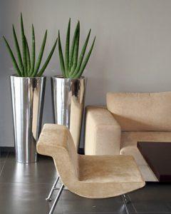 Szálhúzott alumínium vázákba telepített növénydekoráció