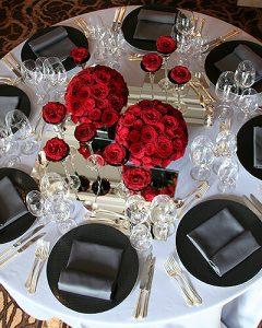 Fekete-piros asztaldekoráció több vázában
