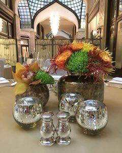 Asztaldísz csoport arany vázákban mécsestartókkal