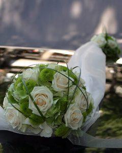 Autódíszítés esküvőre organzával, rózsával