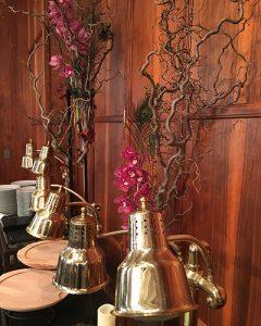 Büfédíszek bordó orchideákkal mogyoróágon