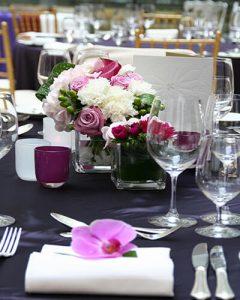 Elegáns pink-lila asztaldísz orchidea szalvétadísszel