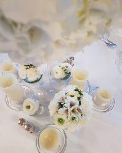 Esküvői asztal díszítés hófehér virágokkal