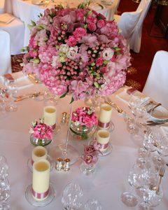 Esküvői magas asztaldísz magas kehelyben, pink virágokból