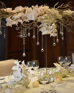 Esküvői asztaldekoráció hófehér orchideákból kristályokkal