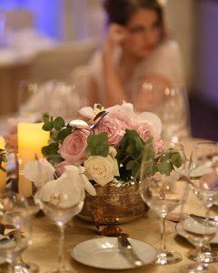 Pasztell színű esküvői asztaldekoráció