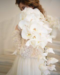 Fehér orchideák menyasszonyi csokorba kötve