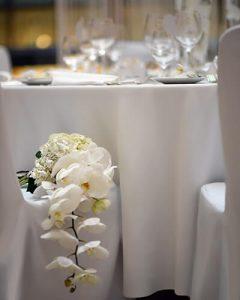 Fehér phalaenopsisból készült menyasszonyi csokor