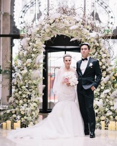Esküvői csokor virágkapuval