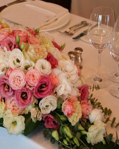 Esküvői főasztaldísz pasztell pink virágokból